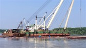 Khu vực tàu Vietsun Integrity bị chìm trên sông Lòng Tàu, đang được trục vớt. Ảnh: TTXVN