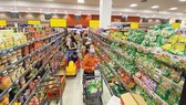 Hàng hóa thiết yếu dồi dào tại siêu thị ở TPHCM chiều 31-3. Ảnh: CAO THĂNG