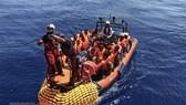 Người di cư được cứu trên Địa Trung Hải ngày 12-8-2019. Ảnh: AFP/TTXVN)