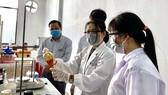 Sinh viên Khoa Dược Trường Đại học Nguyễn Tất Thành trong giờ học thực hành