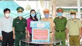Phó Chủ tịch Uỷ ban MTTQ Việt Nam TP Triệu Lệ Khánh thăm và động viên các lực lượng đang làm nhiệm vụ tại chốt Quốc lộ 22. Ảnh: hcmcpv.org.vn