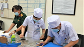 Cán bộ, nhân viên Khoa Trang bị đang tỉ mỉ chuẩn bị các công đoạn làm ra sản phẩm. Ảnh: QK7