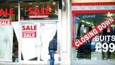 Những cửa hàng đóng cửa ở Anh trong đại dịch Covid-19. Ảnh: Reuters