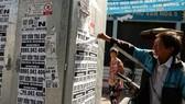 Những quảng cáo cho vay tiền được dán đầy trên đường phố