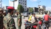 Các thành viên lực lượng an ninh Yemen tuần tra tại thành phố miền Nam Aden. Ảnh: AFP/TTXVN