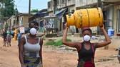 Người dân tại Abidjan, Cote d'Ivoire. Ảnh: AFP/TTXVN