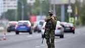 Lực lượng an ninh Belarus gác tại điểm kiểm soát trên một tuyến đường ở ngoại ô thủ đô Minsk. Ảnh: AFP/TTXVN