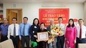 Trao Huy hiệu 70 năm tuổi Đảng cho GS Đặng Hữu và Nhạc sĩ Phạm Tuyên