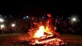 Những thanh niên người Dao Đỏ nhảy vào giữa đống lửa đang cháy bằng đôi chân trần trong sự ngạc nhiên của người xem. Ảnh: TTXVN