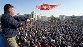 Người biểu tình ở Kyrgyzstan tràn vào chiếm giữ nhiều khu vực, cơ quan của chính phủ ở thủ đô Bishkek nhằm phản đối kết quả bầu cử. Nguồn: AP