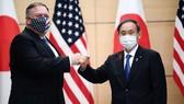 Ngoại trưởng Mỹ Mike Pompeo và Thủ tướng Nhật Bản Yoshihihde. Ảnh: Getty