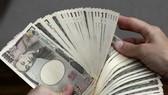 Tiền mệnh giá 10000 yen tại ngân hàng ở Tokyo, Nhật Bản. Ảnh: AFP/ TTXVN