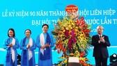 Thay mặt lãnh đạo Đảng, Nhà nước, đồng chí Trần Quốc Vượng, Ủy viên Bộ Chính trị, Thường trực Ban Bí thư, tặng lẵng hoa chúc mừng Hội LHPN Việt Nam