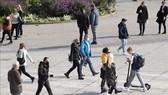 Người dân đeo khẩu trang phòng dịch COVID-19 tại Stuttgart, miền Nam Đức. Ảnh: AFP/TTXVN