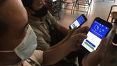 Sử dụng điện thoại di động thông minh ngày càng phổ biến. Ảnh: HOÀNG HÙNG