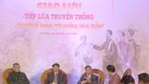 Các đại biểu chia sẻ những câu chuyện về sự kiện lịch sử tại buổi giao lưu