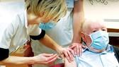 Tiêm vaccine ngừa Covid-19 cho người cao tuổi tại Pháp