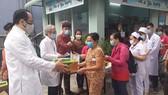 Tặng 200 phần quà tết cho bệnh nhân nghèo và nhân viên y tế khó khăn