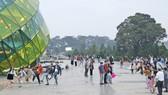 Du khách tham quan, chụp hình tại quảng trường Lâm Viên – Đà Lạt. Ảnh: ĐOÀN KIÊN