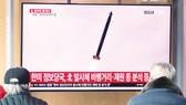 Người dân Hàn Quốc theo dõi thông tin vụ phóng tên lửa  của Triều Tiên trên truyền hình