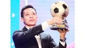 Tiền đạo Nguyễn Văn Quyết chính là biểu tượng cho sự kiên trì bền bỉ trong làng bóng đá Việt Nam