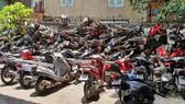 Hàng trăm xe vô chủ chồng chất lên nhau tại bãi giữ xe ở Bến xe miền Đông
