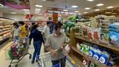 Người tiêu dùng mua sắm tại Co.opmart Lý Thường Kiệt. Ảnh: CAO THĂNG