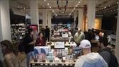 Người tiêu dùng Mỹ mua sắm tại cửa hàng bán lẻ 4 sao đầu tiên tại Manhattan, New York (Mỹ). Ảnh: TTXVN