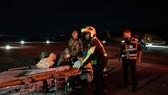 Lực lượng cứu hộ chuyển nạn nhân bị thương trong thảm kịch giẫm đạp tại núi Meron. Ảnh: THX/TTXVN