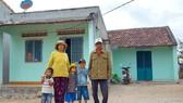 Cụ Đinh Yem (bên phải) cùng một hộ dân được cụ cho đất xây nhà