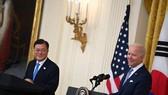 Tổng thống Mỹ Joe Biden (phải) và Tổng thống Hàn Quốc Moon Jae-in tham dự cuộc họp báo chung sau cuộc gặp ở Washington, DC, Mỹ, ngày 21/5/2021.Ảnh: AFP/TTXVN