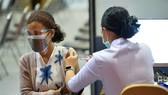 Nhân viên y tế tiêm vaccine phòng COVID-19 cho người dân. Ảnh: THX/TTXVN
