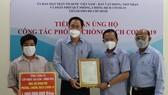 Đại diện Sawaco trao 1 tỷ đồng đến Ủy ban MTTQ Việt Nam TPHCM, ủng hộ công tác phòng chống dịch Covid-19
