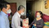 Phó Chủ tịch UBND TPHCM Ngô Minh Châu tặng quà  cho hộ dân khó khăn ở quận 8