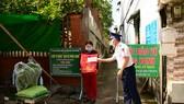 Cảnh sát biển tặng quà hỗ trợ người dân TPHCM