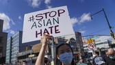 Tuần hành kêu gọi chấm dứt tình trạng thù hận người gốc Á tại New York (Mỹ) ngày 21-3-2021. Ảnh: THX/TTXVN