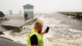 Siêu bão Ida đã đảo ngược dòng chảy của sông Mississippi. Nguồn: AP