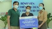 Tặng 500 bộ đồ bảo hộ y tế cho Bệnh viện Dã chiến thu dung điều trị Covid-19 số 16
