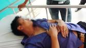 Anh Nguyễn Khắc Phượng bị choáng, ngất xỉu sau khi bị 3 bảo vệ Bệnh viện Phụ sản Hà Nội đánh