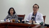 PGS.TS Trần Minh Điển (áo trắng) thông báo về tình hình sức khỏe 8 trẻ nhỏ được chuyển từ Bệnh viện Sản Nhi Bắc Ninh