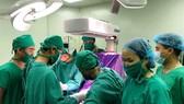 Cắt khối u trung thất lớn hiếm gặp ở trẻ sơ sinh 16 ngày tuổi