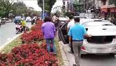 Dừng cả ô tô giữa đường gây ách tắc giao để lấy hoa