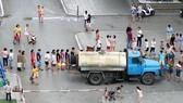 Nước sạch ở Thủ đô có mùi lạ, người dân rồng rắn xếp hàng lấy nước