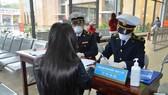 Khách nhập cảnh từ Trung Quốc qua các cửa khẩu của Việt Nam phải khai báo y tế để ngăn chặn dịch viêm phổi cấp do virus Corona