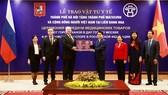 Hà Nội tặng Mátxcơva một lượng lớn khẩu trang y tế chống dịch Covid-19