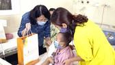 Phó Chủ tịch nước Đặng Thị Ngọc Thịnh trao quà cho bệnh nhi ung thư