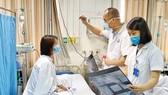 Các bác sĩ Bệnh viện Hữu nghị Việt Đức thăm khám cho nữ bệnh nhân bị tai biến nặng sau khi tiêm filler tại spa