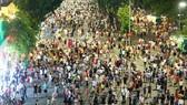 Phố đi bộ Hồ Gươm luôn đông nghịt người dân vào cuối tuần