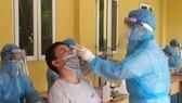Sàng lọc ho, sốt phát hiện 1 nhân viên bưu điện và 2 người làm ở siêu thị dương tính SARS-CoV-2