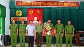 Giám đốc Công an tỉnh Thừa Thiên – Huế và Chủ tịch UBND huyện Phú Vang (đứng thứ 3 và 4 từ trái qua phải) tặng hoa, trao tiền thưởng Ban chuyên án Công an huyện Phú Vang.